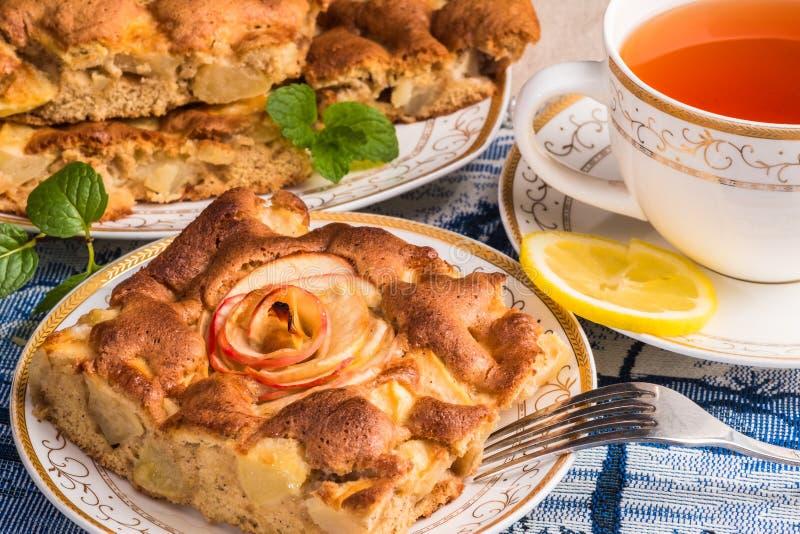 Appeltaartcake op plaat met GLB van thee Beroemde scherp met verschillende soorten recepten stock afbeeldingen