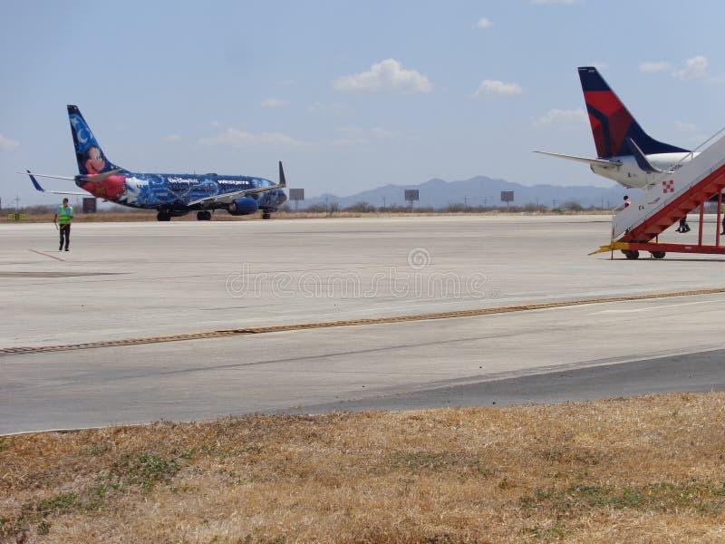 Appena alcuni aerei all'aeroporto fotografie stock libere da diritti