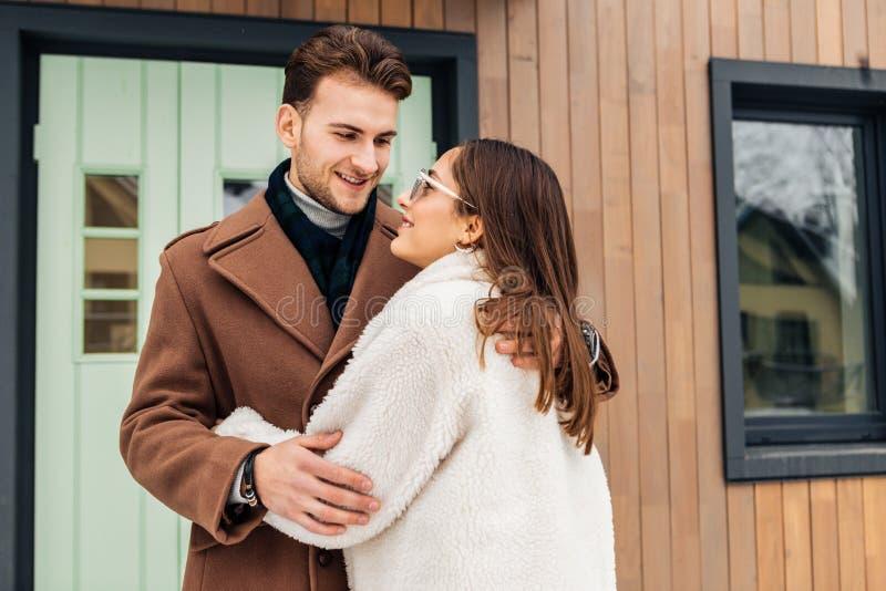 Appena coppia sposata che abbraccia dopo l'affitto della casa privata stupefacente immagini stock