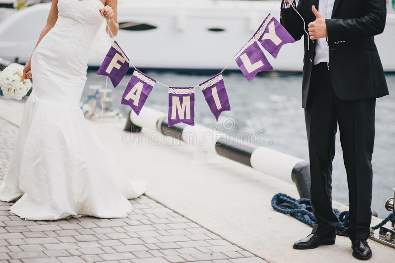 Appena coppia sposata che tiene un segno della FAMIGLIA fotografie stock libere da diritti