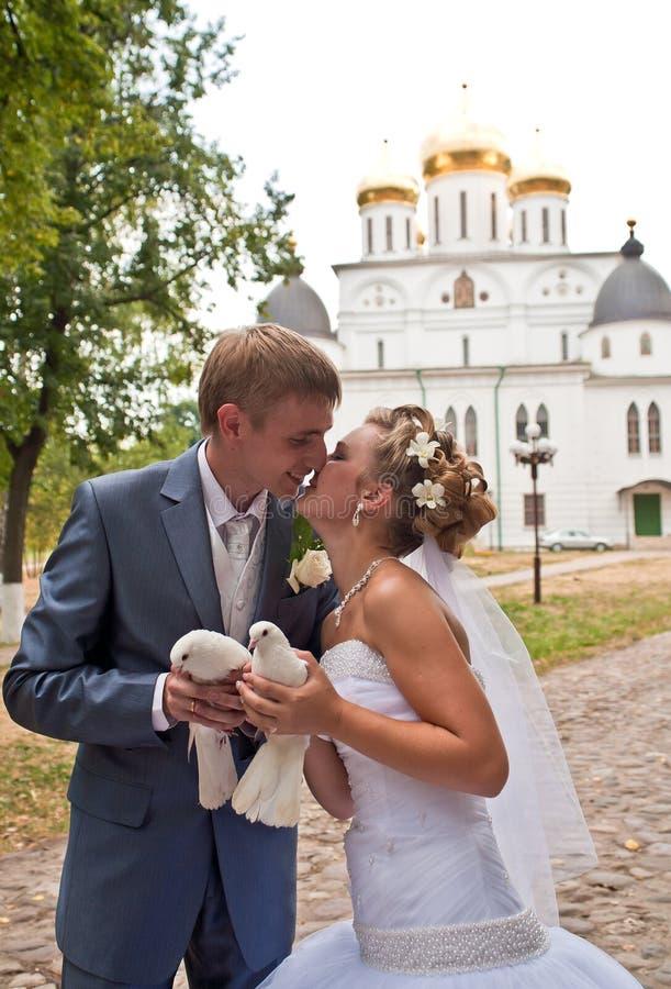 Appena coppia sposata con le colombe immagini stock