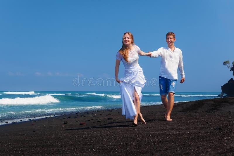 Appena famiglia felice sposata sulle feste tropicali di luna di miele dell'isola immagini stock libere da diritti