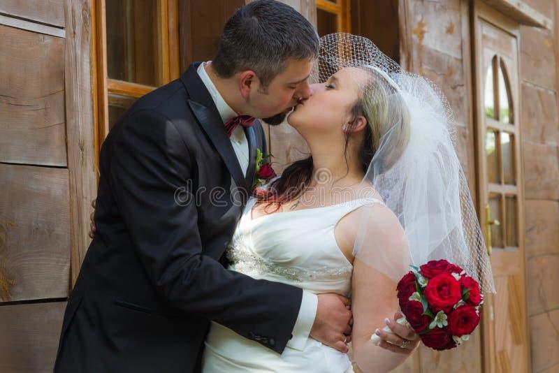 Appena giovane baciare sposato delle coppie fotografia stock libera da diritti