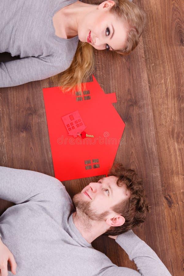 Appena menzogne sposata sul pavimento fotografia stock libera da diritti