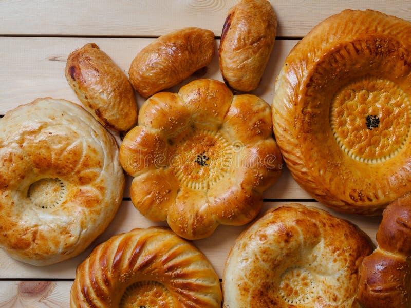 Appena pane tradizionale fatto dell'Uzbeco su fondo scuro fotografia stock