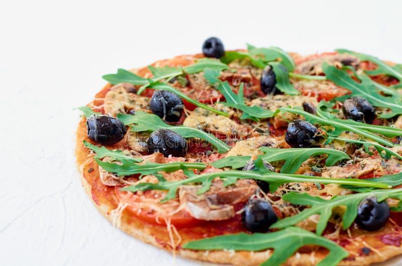 Appena pizza calda al forno sui precedenti bianchi isolati con lo spazio della copia libera dalla parte di sinistra Pizza vegetar immagini stock
