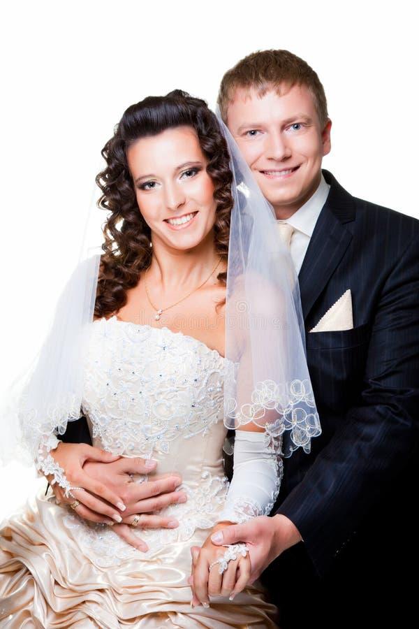 Appena sposo e sposa sposati su bianco isolato immagini stock