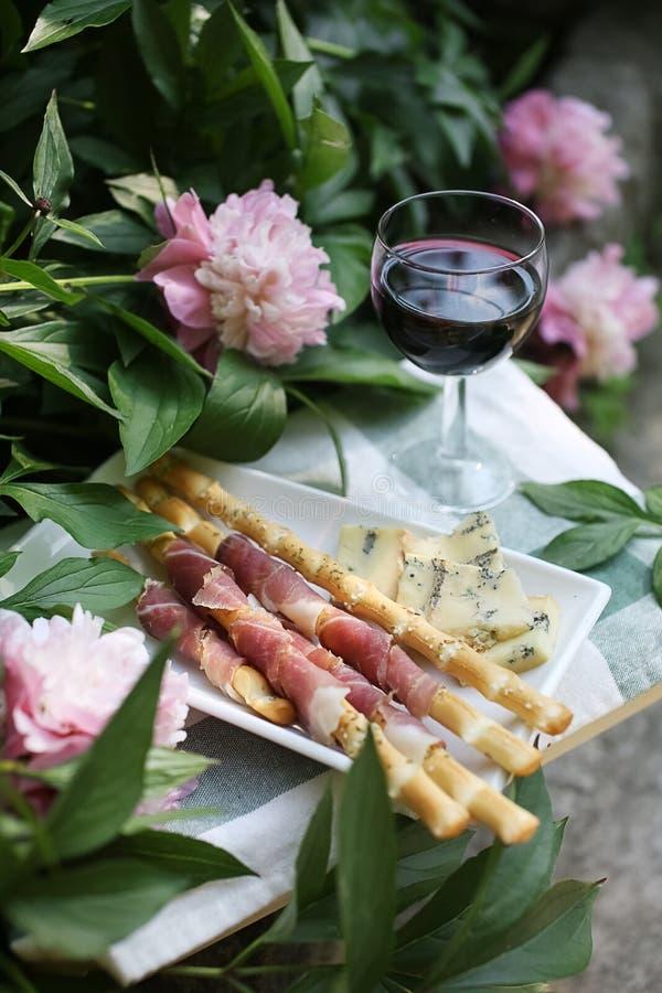 Apperitive με το κρασί, το prosiutto και το τυρί στοκ εικόνες