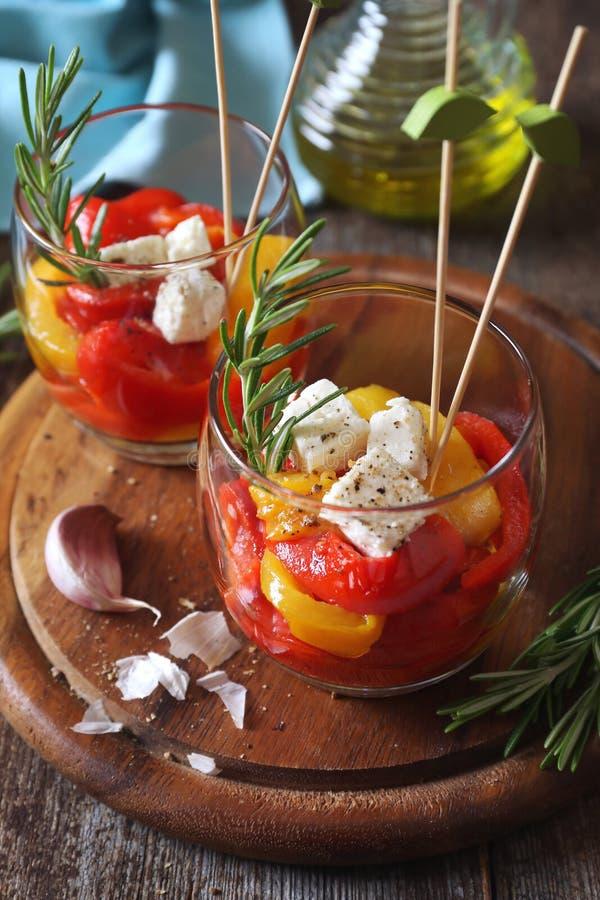 appetisers Gr?nsaksallad: grillad tricolor spansk peppar, tv? verrines arkivfoto