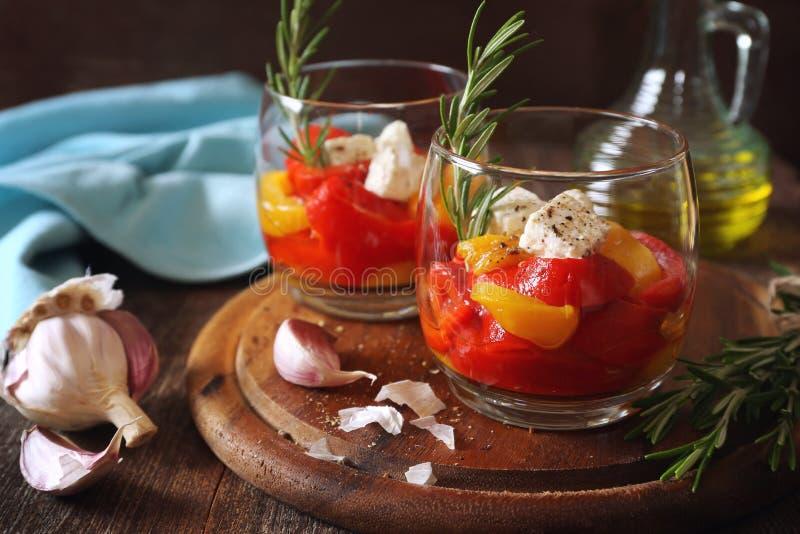 appetisers Gr?nsaksallad: grillad tricolor spansk peppar, tv? verrines royaltyfri foto