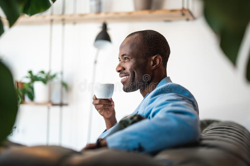 Appetitanregende Flüssigkeit des positiven männlichen Probierens stockfotos
