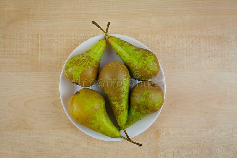 Appetitanregende frische saftige Birne auf hölzernem Hintergrund stockbilder