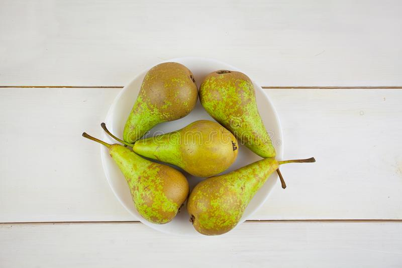 Appetitanregende frische saftige Birne auf weißem Hintergrund stockfotografie