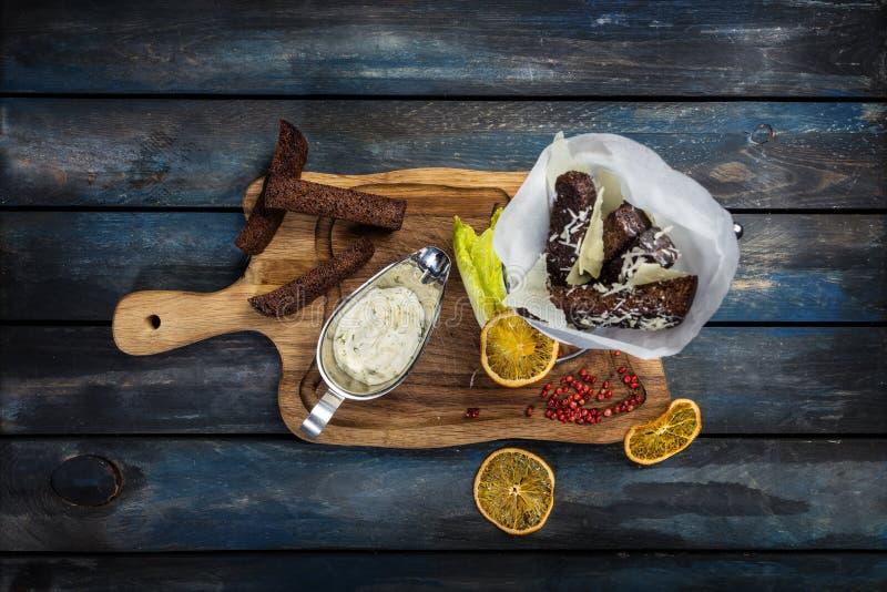 Appetitanregende gebratene goldene braune Croutons des Roggen- und Weizenbrotes auf dem rustikalen Holz stockbilder