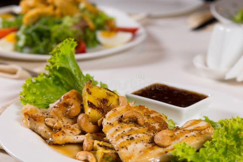 Appetitanregender geschmückter saftiger Hühnerfleisch-Teller stockfotografie