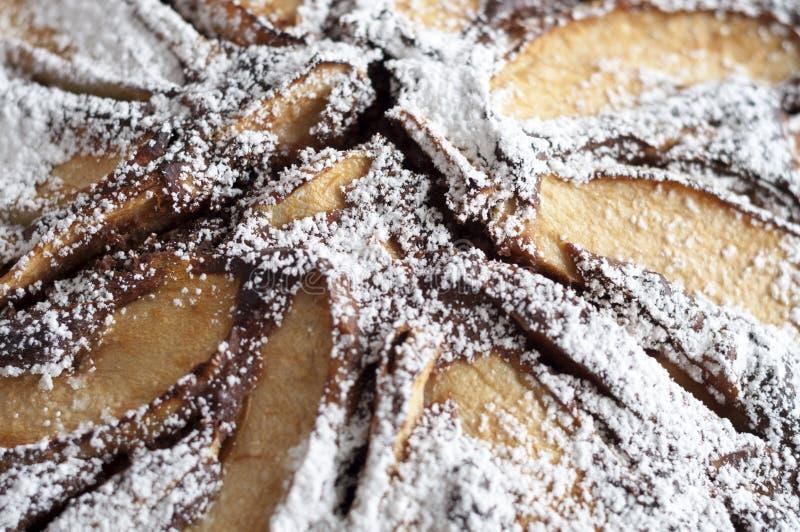 Appetitanregender Schokoladenapfelkuchen mit Puderzucker lizenzfreies stockbild