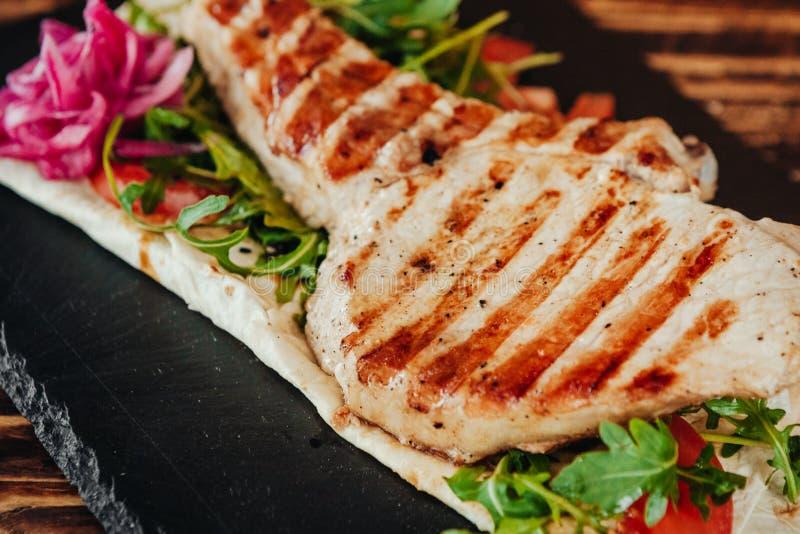 Appetitanregender und köstlicher gegrillter Fleischteller lizenzfreie stockfotos