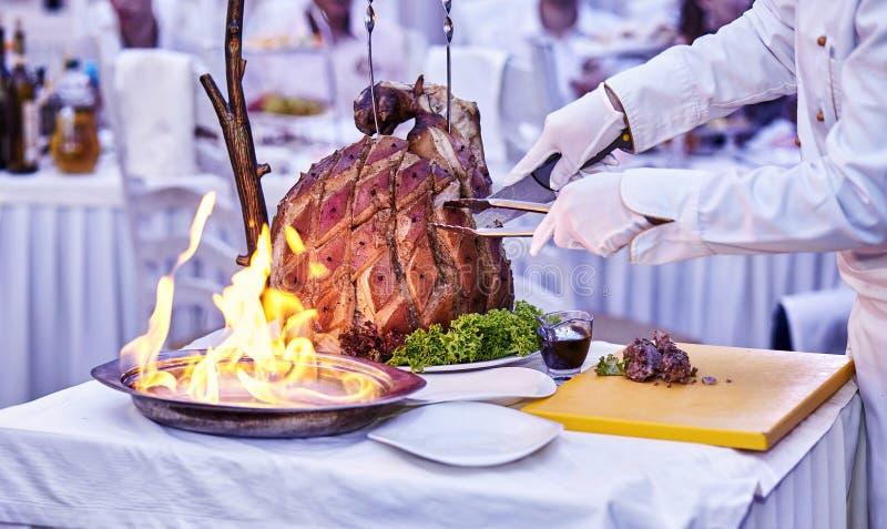 Appetitanregendes gegrilltes Fleisch auf Feuernahaufnahme schöne Darstellung der Teller im Restaurant lizenzfreies stockbild
