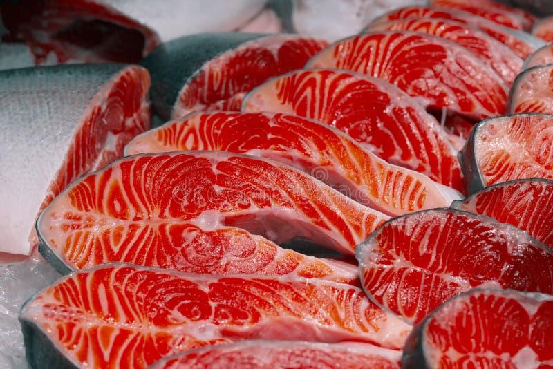 Appetitoso di color salmone delle fette affettato per un ristorante fotografia stock