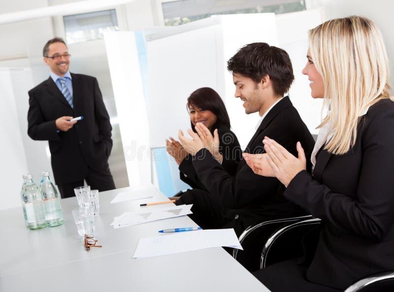applådera presentation för affärsfolk royaltyfri foto