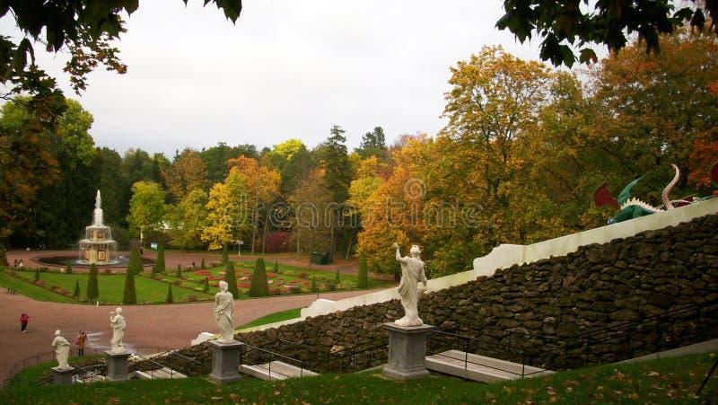 Applådera ` schackberg`en i Peterhof royaltyfria foton