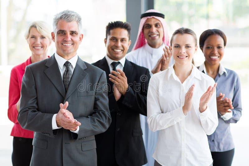Applaudierende Gruppengeschäftsleute lizenzfreie stockfotografie