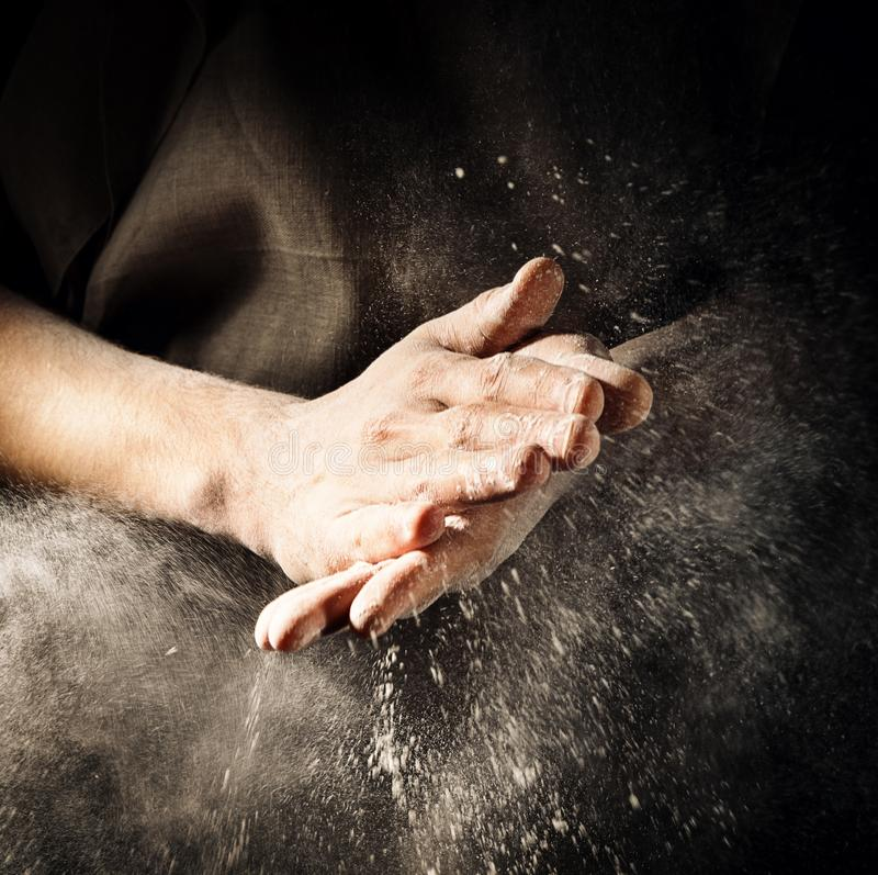 Applaudissement de mains avec de la farine photo stock