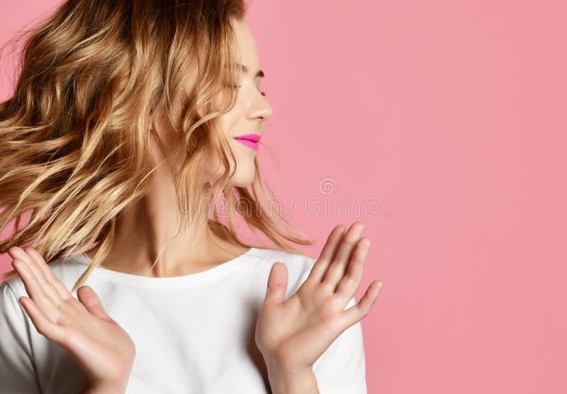 Applaudissements émotifs de femme son portrait de plan rapproché de mains sur le fond rose images stock