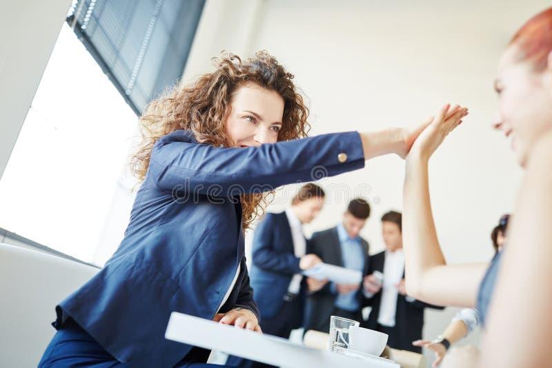 Applaudissements de femmes d'affaires mains image libre de droits