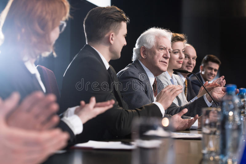 Applaudissez pendant la conférence de presse photo stock