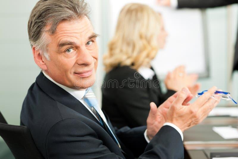 Applaus voor een presentatie in commerciële vergadering royalty-vrije stock afbeeldingen