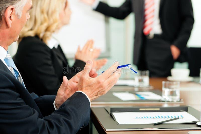 Applaus voor een presentatie in vergadering royalty-vrije stock foto