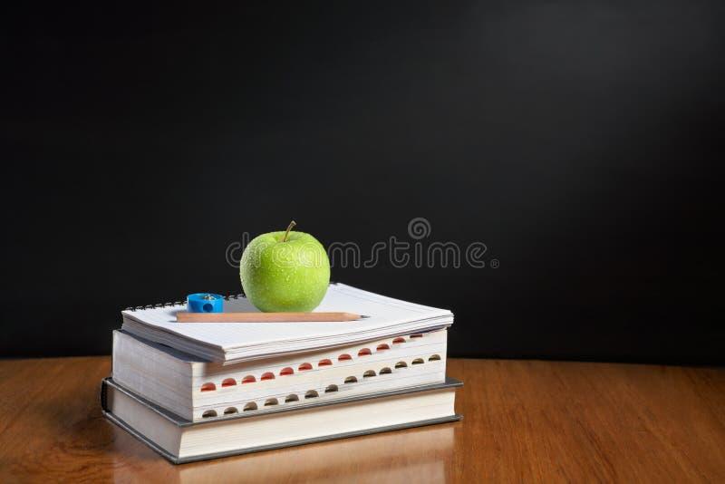 Apple über Stapel der Bücher stockbilder