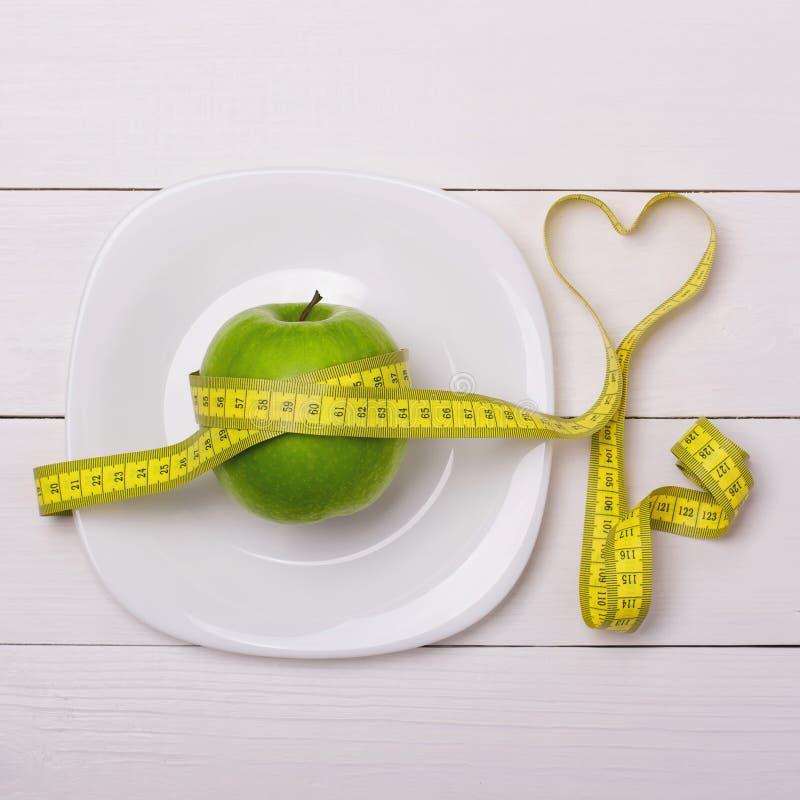 Apple και εκατοστόμετρο στο πιάτο Υγιής κατανάλωση ικανότητας στοκ φωτογραφίες με δικαίωμα ελεύθερης χρήσης