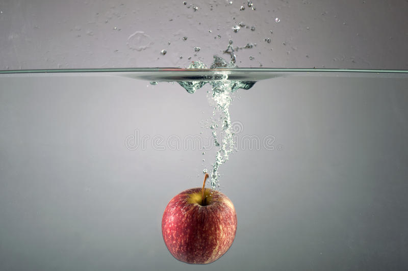 Apple με τον παφλασμό νερού στοκ φωτογραφία με δικαίωμα ελεύθερης χρήσης