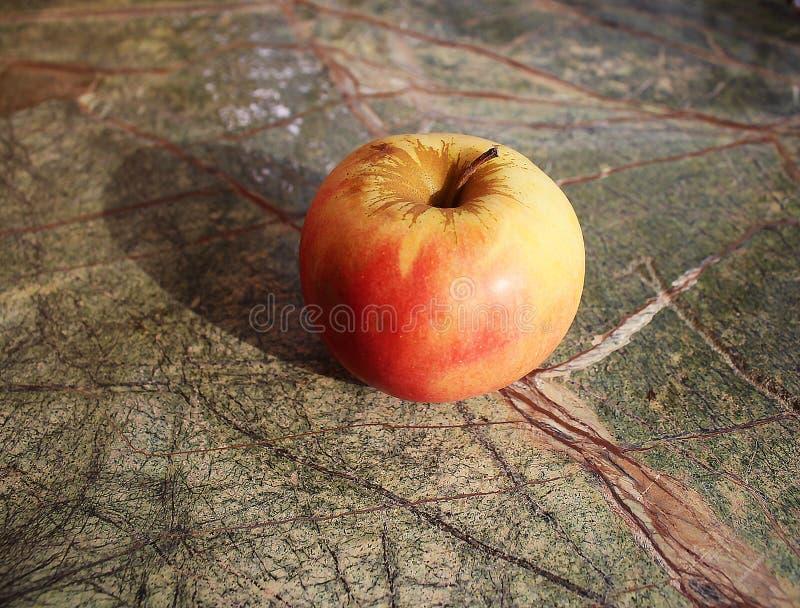 Apple στον πίνακα πετρών στοκ εικόνα με δικαίωμα ελεύθερης χρήσης
