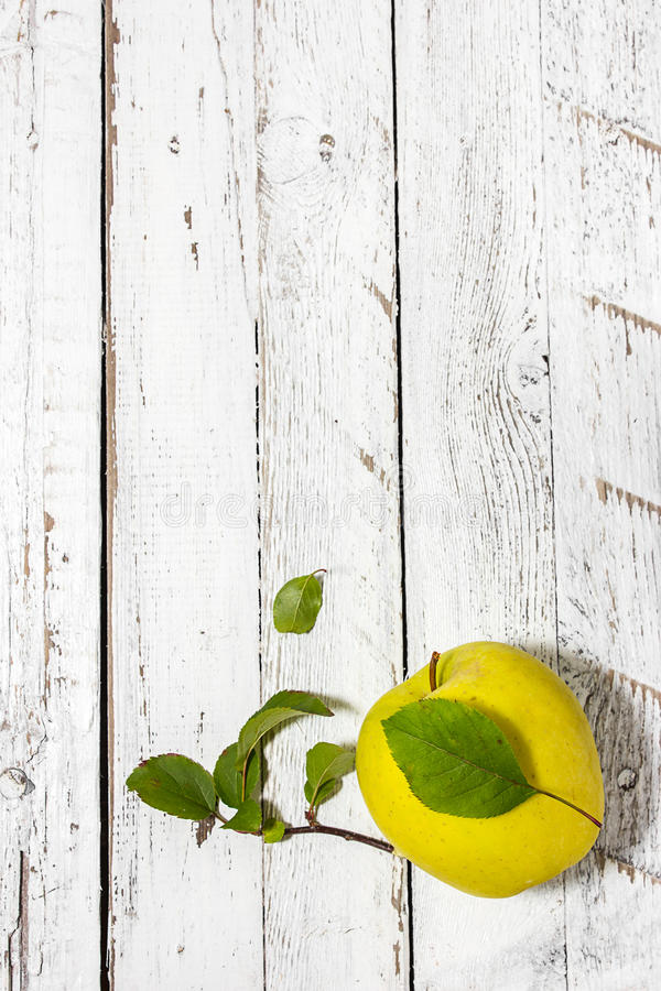 Apple στο ξύλινο ελαφρύ υπόβαθρο στοκ εικόνες