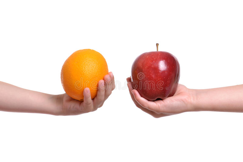 Apple στο πορτοκάλι στοκ φωτογραφίες με δικαίωμα ελεύθερης χρήσης