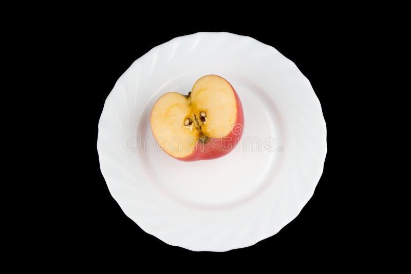 Apple на черной предпосылке тарелка стоковые фотографии rf