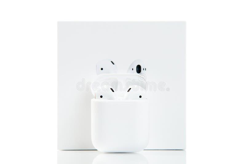 Apple-airpods und -kasten Drahtlose Technologien lizenzfreie stockfotos