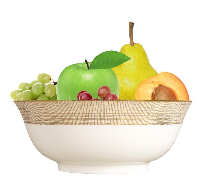 Apple, albicocca, pera ed uva in piatto isolato su bianco immagini stock libere da diritti