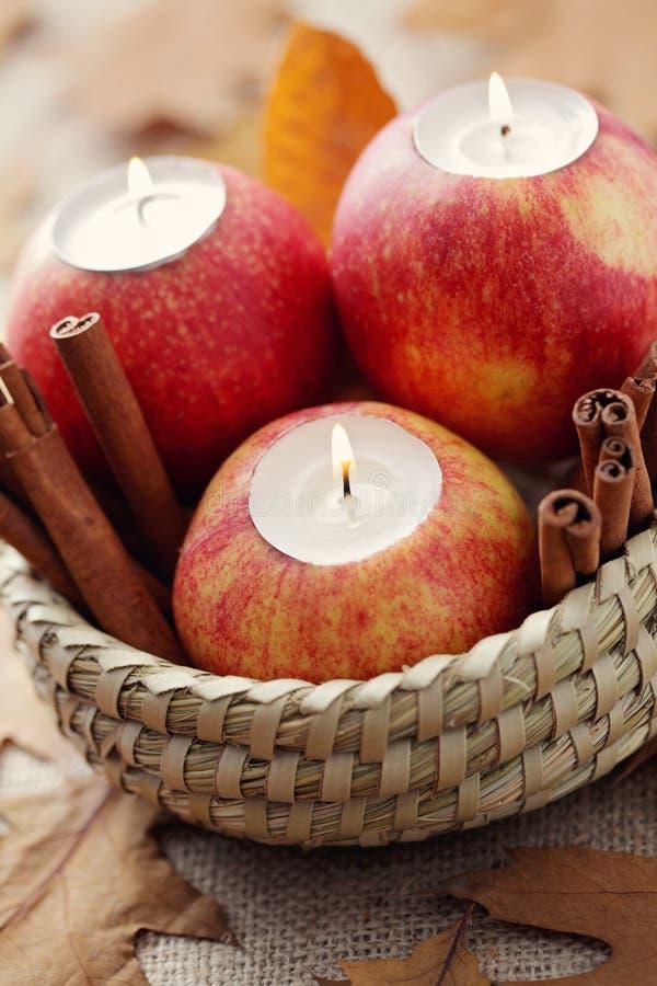Apple als Kerzenhalter stockbilder