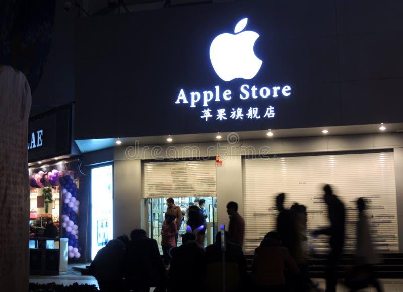 Apple armazena em China que é fechado com as silhuetas dos transeuntes fotos de stock