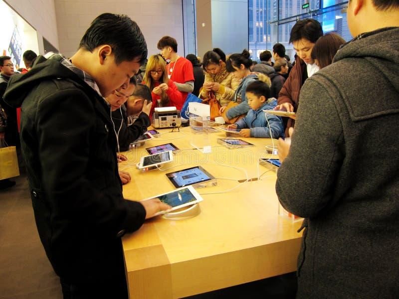 Apple armazena na estrada de nanjing, Shanghai fotografia de stock