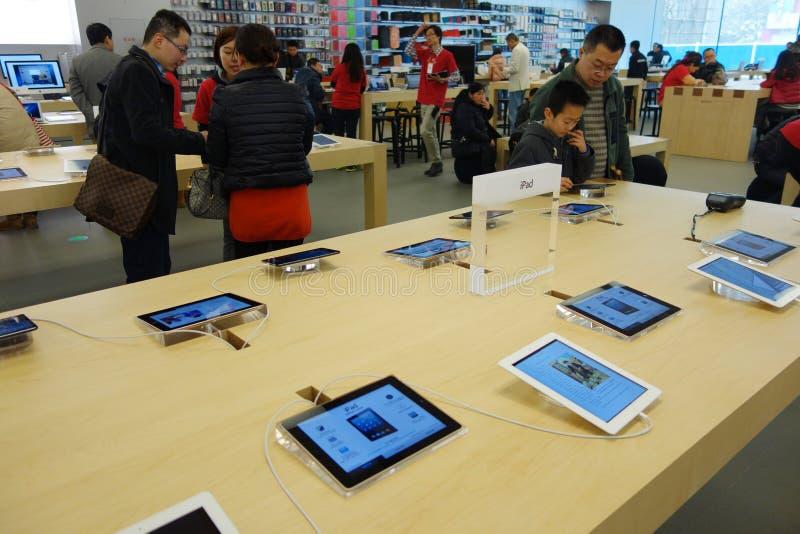 Apple armazena no interior de Chengdu fotografia de stock royalty free