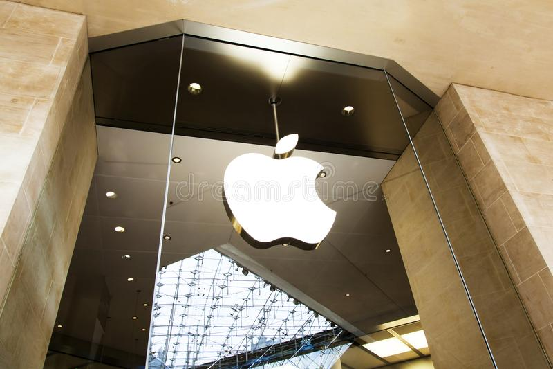 Apple armazena o logotipo, centro de compra do carrossel, Paris foto de stock
