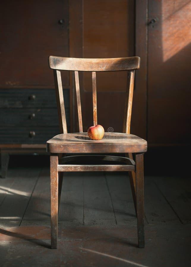 Apple auf dem Stuhl lizenzfreies stockbild