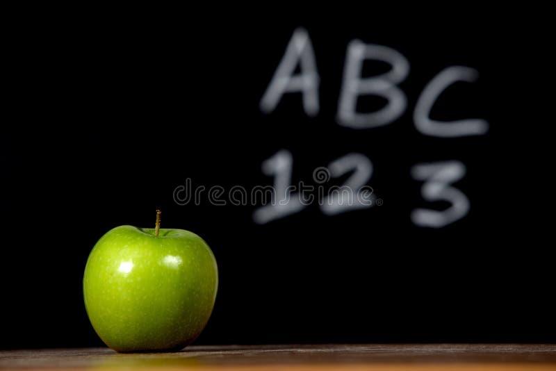Apple auf einem Schreibtisch stockfotografie