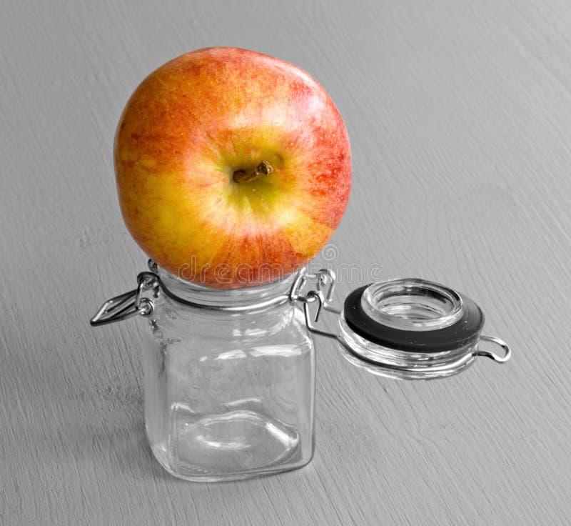 Apple auf Glas stockfoto