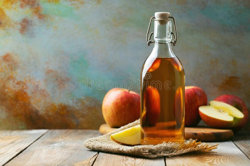Apple-azijn Fles appel organische azijn of cider op houten achtergrond Gezonde natuurvoeding Met exemplaarruimte royalty-vrije stock afbeelding
